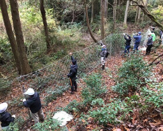 地域の獣害防護柵の補修作業